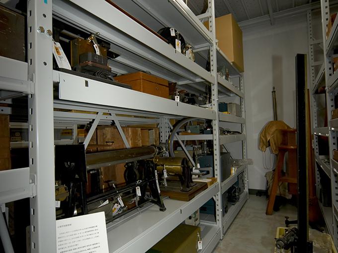 現存する心理学古典的実験機器を収納している保管棚-1