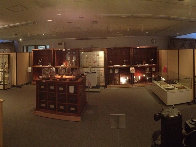 金沢大学角間キャンパスにある金沢大学資料館の外観と展示室-1