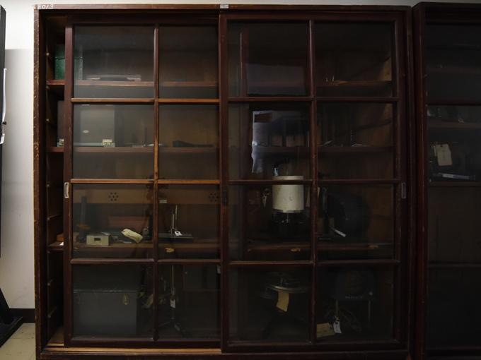 五十嵐キャンパスの心理学研究室の廊下に保管・展示されている機器-1