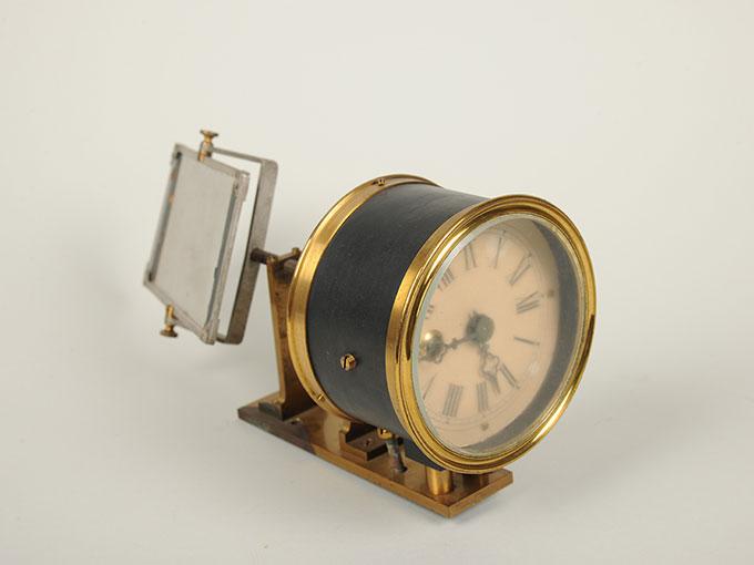 太陽光導入装置(ヘリオスタット)と光波長計