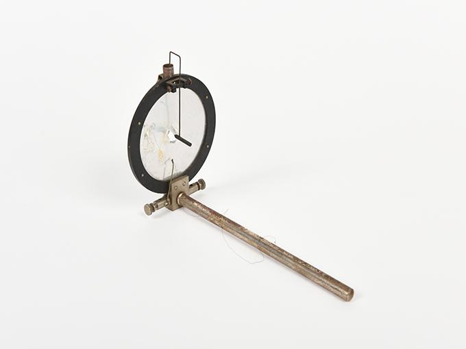 ボイスキー音声鍵(薄いアルミ板の中央に真鍮の小さい円,釣り下がった金属針が触れる)