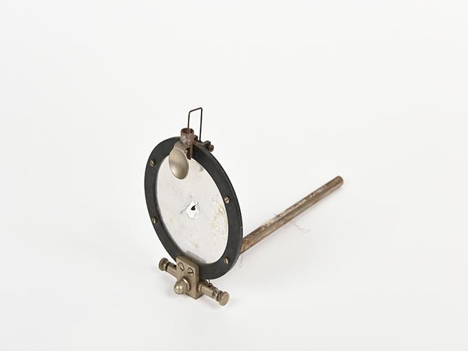 ボイスキー音声鍵(薄いアルミ板の中央に真鍮の小さい円,釣り下がった金属針が触れる)2