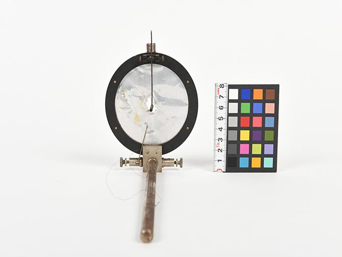 ボイスキー音声鍵(薄いアルミ板の中央に真鍮の小さい円,釣り下がった金属針が触れる)4