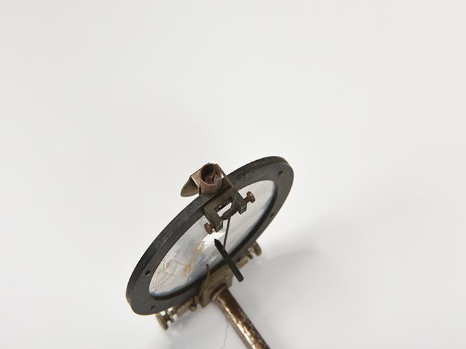 ボイスキー音声鍵(薄いアルミ板の中央に真鍮の小さい円,釣り下がった金属針が触れる)7