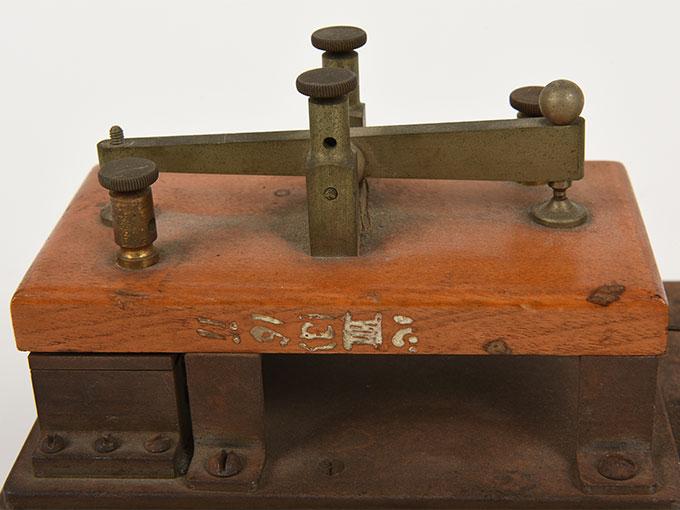 反応キー槓鍵タッピング装置10