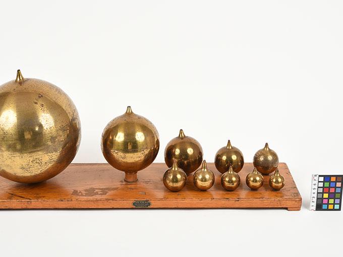 ヘルムホルツの共鳴器Tatz von 10 Resonatoren nach Helmholtz